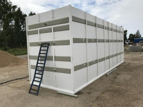 Panel plastic tank with aeration